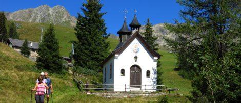 Kapelle mit Alm im Hntergrund